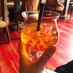 Beitragsbild zur Ernährung - Ein Glas mit Aperols Spritz und Eiswürfel