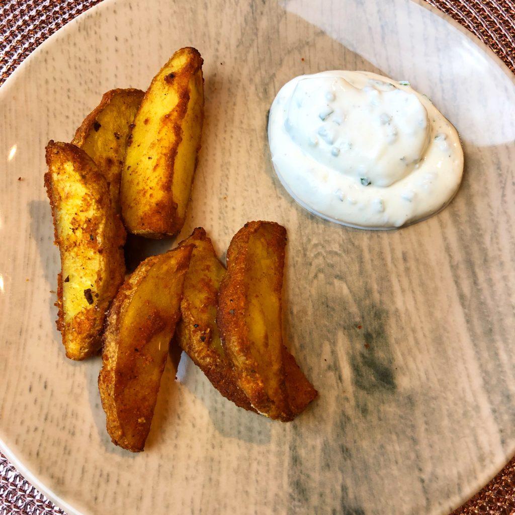 Kartoffelwedges aus dem Ofen mit Kräuterquark